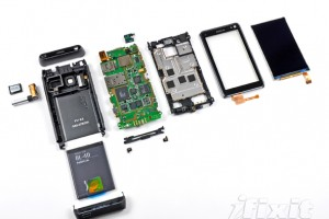 Gallery: Nokia N8 Tear Down &#8211; Disassemble the Nokia N8 with instructions from iFixit (Simple Battery Removal with T4 screw)