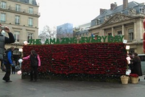 Nokia&#8217;s Giant Red Rose Wall and free Red Roses in the City of Romance