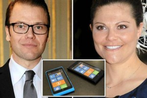 President of Finland Sauli Niinistö gifts Lumias to crown-princess Victoria of Sweden and her husband Daniel on a state visit.