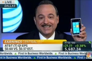 AT&#038;T CEO, Ralph de la Vega shows off White Nokia Lumia 900 when CNBC asks about iPhone 5