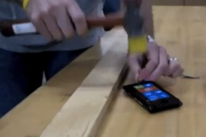 Video: Nokia Lumia 900 vs Hammer. Nokia Lumia 900 is the hammer.