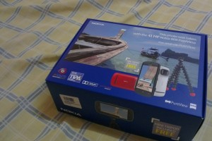 White Nokia 808 PureView Retail Box with Magnetic Gorillapod and Camera holder!