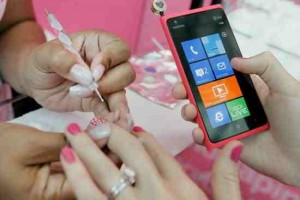 MNB RG: Nokia Lumia Pink nail-polish soon in an American city near you