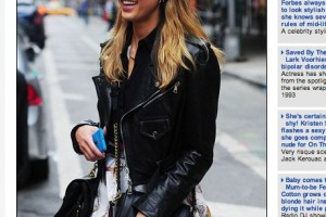 Jessica Alba spotted in New York with Cyan Nokia Lumia 900.