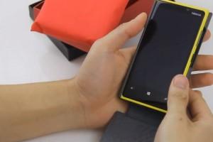 Accessories Video: Nokia Lumia 920 Noreve Flip Case