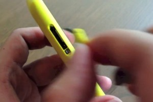 Video: How to insert SIM and MicroSD card into the Nokia Lumia 720 Unibody