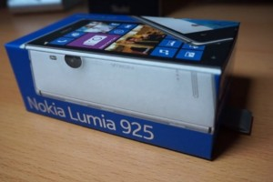 Video: Nokia Lumia 925 Unboxing! (+vs HTC One/BBZ10/iPhone 5) Nokia Glance Screen