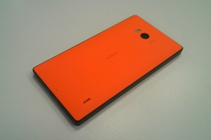 Chocolate orange Nokia Lumia 930! (How to move and replace the back cover)